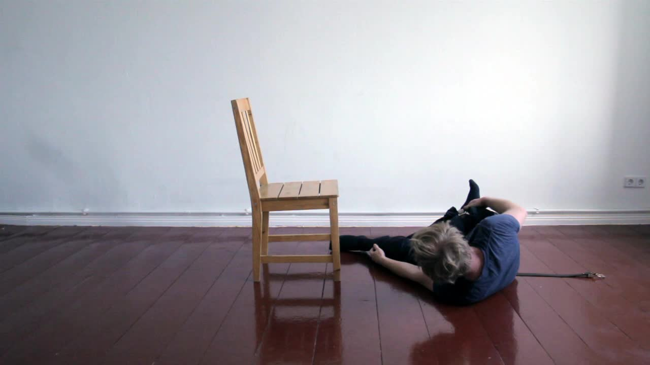 Daniel Nehring Videoperformance Sitzen